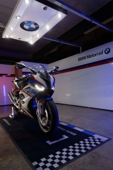2019-BMW-S1000RR-08
