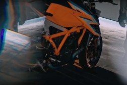 2020-KTM-1290-Super-Duke-R-prototype-teaser-01
