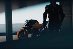 2020-KTM-1290-Super-Duke-R-prototype-teaser-08