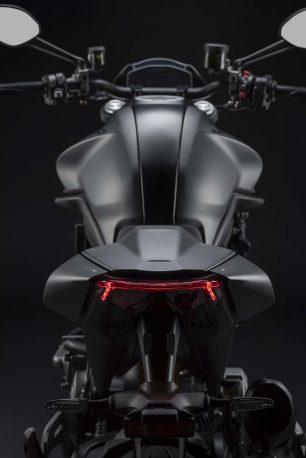 2021-Ducati-Monster-Plus-32