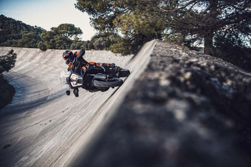 2021-KTM-1290-Super-Adventure-S-01