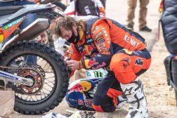 Toby-Price-Zip-tie-Dakar-Rally-KTM-03