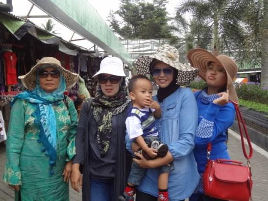 Foto Bersama Mama Ine, Su, Mama Bara dan Bara, serta Niar