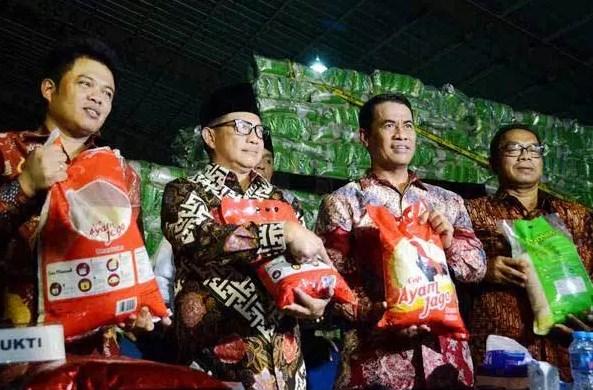 1. Sambil perjalalan ke Bandara menuju Lampung saya akan kultwit kasus #beras yg sedang hangat minggu ini yg saya berikan hastag #beras. 2. Twit saya tdk bermaksud membela produsen beras tsb atau menyalahkan penegak hukum tapi meluruskan pengertian yg salah. 3. Ada 5 pengertian yg hrs diluruskan : 1) subsidi, 2) beras premium, 3) beras oplosan, 4) kerugian negara, dan 5) peran Bulog. 4. Pengertian ini penting diluruskan agar penegak hukum tdk lkkn tindakan yg bisa merugikan petani serta tdk mematikan dunia usaha. 5. Subsidi di pertanian ada 2 bentuk yaitu subsidi input dan subsidi output. Pada beras atau padi terdapat 2 jenis tsb. 6. Subsidi input berupa subsidi pupuk, sementara bantuan sarana spt traitor dll bukan subsidi tapi bantuan pemerintah. 7. Subsidi output adalah subsidi utk beras utk rakyat miskin yg dulu diberikan nama raskin dan skrg diubah namanya jadi rastra. 8. Subsidi input ditujukan utk menekan biaya produksi petani agar petani bisa sejahtera - bukan utk menekan harga jual produk petani. 9. Serial ada perubahan subsidi input atau kebijakan lain, pemerintah akan mengeluarkan HPP (Harga Patokan Pemerintah) gabah/beras. 10. HPP adalah harga pembelian terendah gabah/beras Bulog kelas medium produk petani. Ingat ini harga terendah !!! 11. Karena yg diatur harga terendah maka sangat tidak benar jika penegak hukum melarang petani jika menjual lebih mahal. 12. Ingat bhw penerapan HPP minimum tujuannya adalah utk melindungi petani - jangan digunakan utk menekan harga petani. Ini salah. 13. Adalah lucu mengaitkan harga jual petani dengan alasan mendapatkan subsidi shg hrs jual murah. Ini tdk ada aturannya !!! 14. Jika prinsip bhw tiap yg mendapatkan subsidi akan diatur harganya maka ini sangat otoriter dan lbh otoriter dari negara komunis. 15. Kalau harga jual yg dpt sunsidi di atur maka polisi hrs juga mengawasi harga jual gorengan krn gunakan gas subsidi dll. 16. Jika prinsip bhw harga produk yg inputnya ada subsidi diatur maka siap2lah awasi harga gorengan