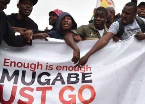 زمبابوي : عشرات الآلاف يطالبون برحيل العجوز موغابي