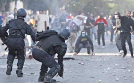 الجزائر.. الأطباء يتظاهرون والأمن يعتقل ويعنف