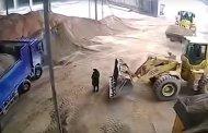 بالفيديو...سائق جرافة يدفن فتاة حية