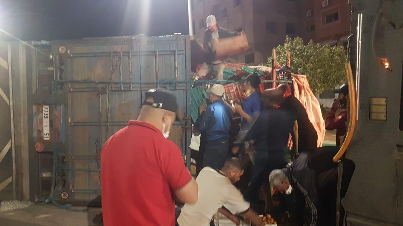 إنقلاب شاحنة محملة بالخضر و الفواكه وسط مدينة بوعرفة