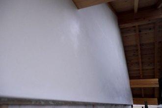 本漆喰で塗り上がった妻壁