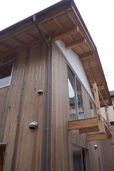 梁をそのままのばして作ったベランダ。なので支える柱が無くても大丈夫なのです。設計の打ち合わせで棟梁が提案してくださったアイデアです。みんなの知恵がつまってる家です。