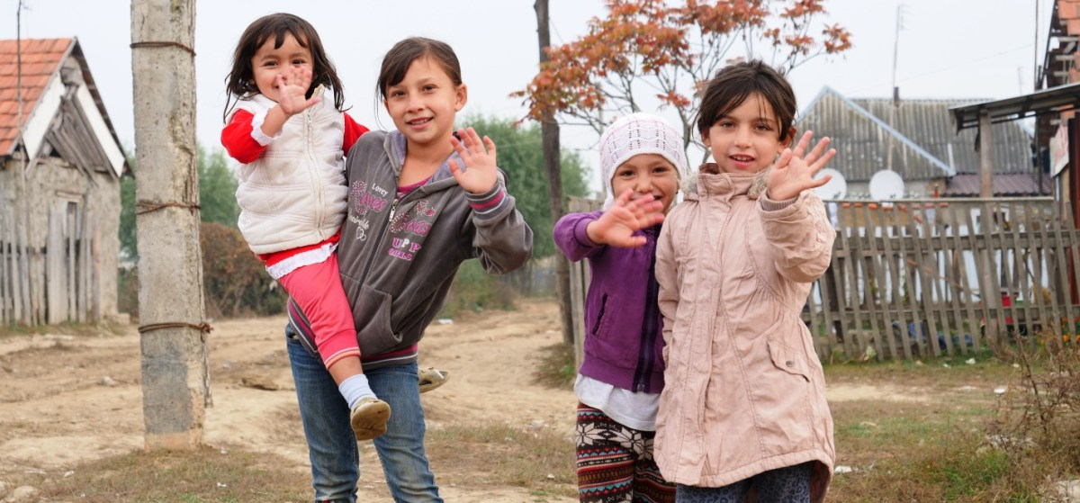 Zwaaiende kinderen Zigeunerkamp Oekraïne