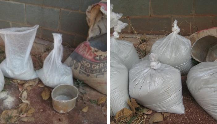 guardando saco de cimento em saco plástico pequeno