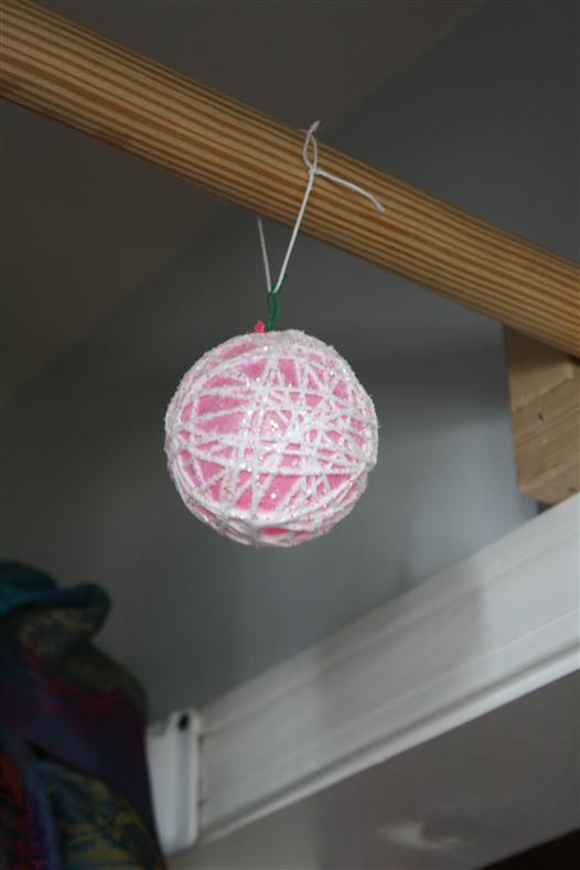 bola de natal pendurada secando