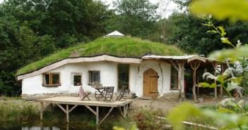 casa ecologica de barro com telhado verde