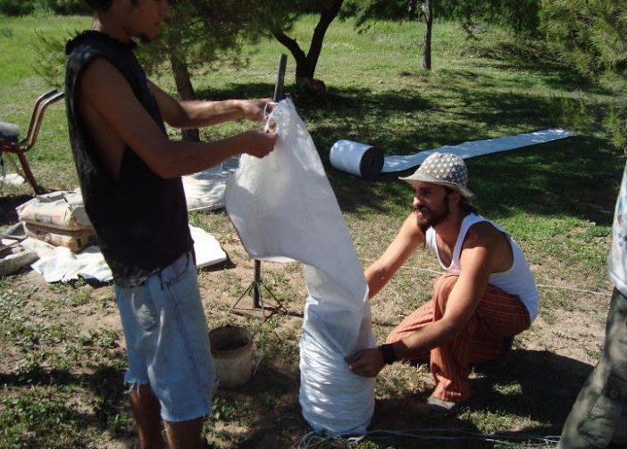 preenchendo sacos de superadobe