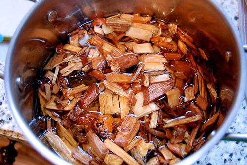 lascas de madeira de molho em água
