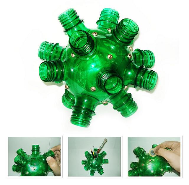 varias bocas de garrafas pet formando um bola irregular