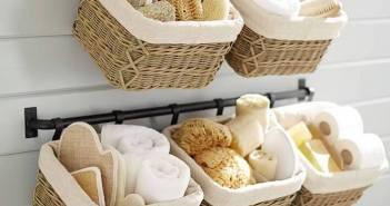 cestas penduradas no banheiro