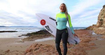 mulher carregando uma prancha de surf
