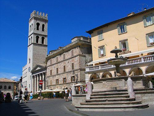 Calcio in costume a scopo benefico in piazza ad Assisi?