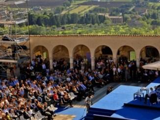 Assisi, Allevi dialoga con il vescovo l'appuntamento tra l'artista e Sorrentino nella piazza Inferiore