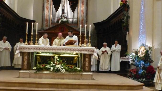 """Natale, monsignor Sorrentino: """"Niente porte chiuse, apriamo nostro cuore ai fratelli"""" Le parole del vescovo durante la veglia di Natale; in tanti alla messa a Nocera Umbra"""