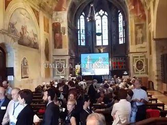 Papa ad Assisi, pranzo con profughi, torta per Bartolomeo I