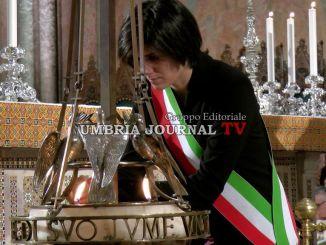 San Francesco, Chiara Appendino, sindaco di Torino, accende la lampada votiva