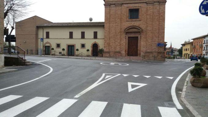 Petrignano, con la segnaletica orizzontale, rotatoria ultimata nel centro cittadino