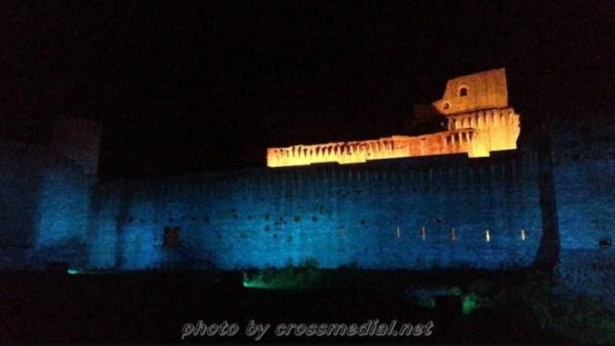 Illuminando di Blu la Torre campanaria e la Rocca Maggiore per Charlie Gard
