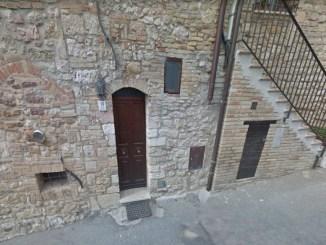 Auto sfrecciano come razzi in Via Valecchie ad Assisi, un circuito di prova