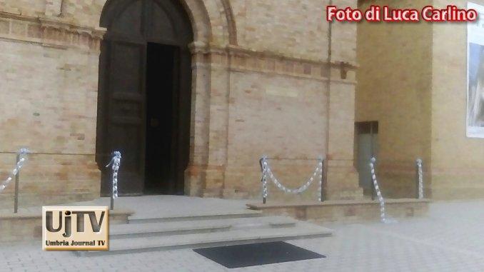Palazzo di Assisi vandali danneggiano decorazioni Madonna di Fatima
