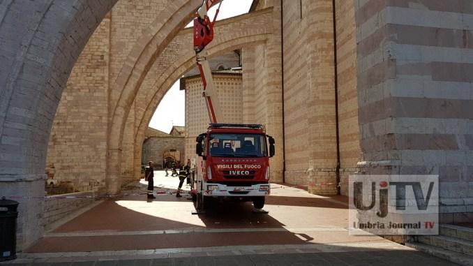 Vigili del fuoco puliscono gli arconi della Basilica di Santa Chiara ad Assisi
