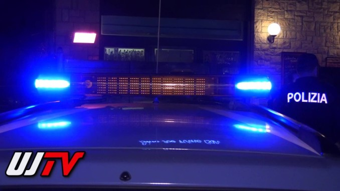 Due stranieri ubriachi, uno minaccia agente con bottiglia, arrestato