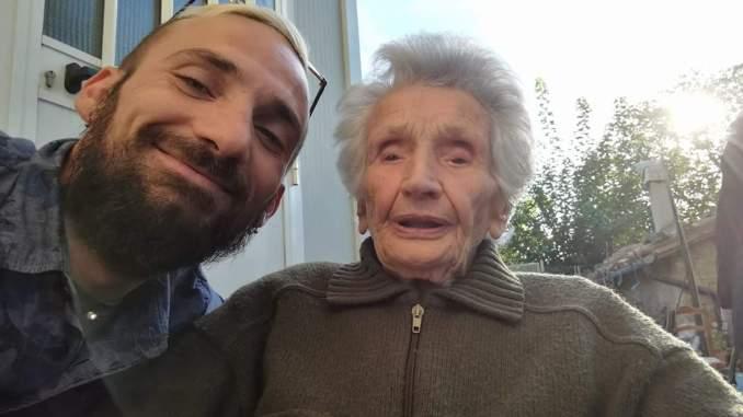 Alex Trabalza da nonna Peppina Fattori, sfrattata dalla casetta