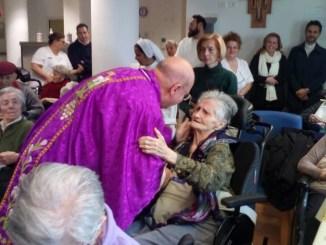 Natale all'insegna degli ultimi, il vescovo di Assisi visita le strutture di accoglienza