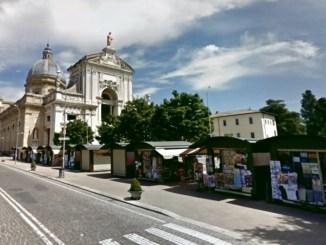 Rapina in un hotel a Santa Maria degli Angeli, ferito portiere, bottino scarso, indagini in corso