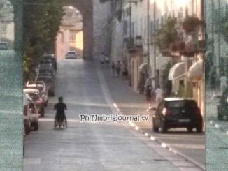 Parcheggio selvaggio, autosul marciapiede e disabile in mezzo alla strada