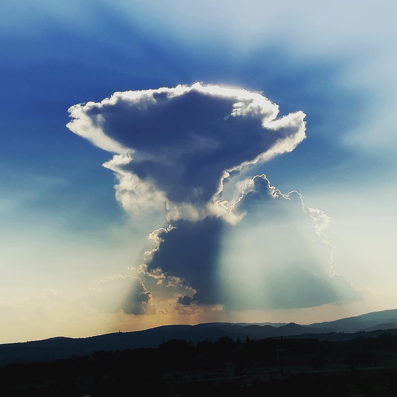 Una nuvola strana durante il tramonto ad Assisi, buon auspicio oppure?