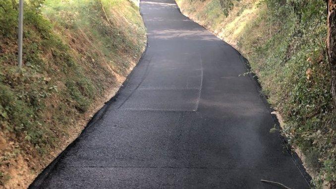 Piano Strade Assisi asfaltature in corso questa mattina a Palazzetta di Sterpeto