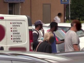 Parcheggiatori abusivi Assisi, straniero di 16 anni picchia agente, denunciato