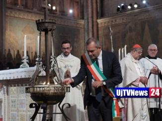 Assisi, De Magistris, sindaco di Napoli, accende lampada votiva
