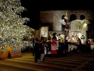 Acceso albero di Natale del Sacro Convento presepe per Terra Santa