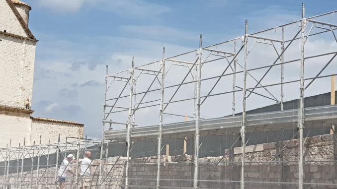 Muretto San Francesco, Assisi mia, impara da questa vicenda