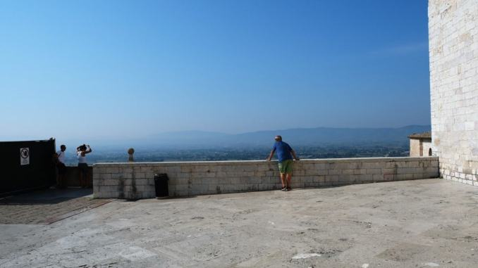 """Il muro nel """"Cortile di Francesco"""" ad Assisi, un """"Universo"""" in grande stile"""