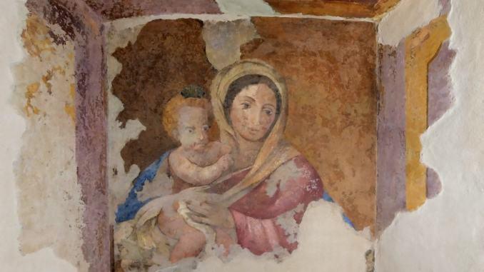 La Madonna con il suo Bambino è tornata al suo posto in via Fontebella