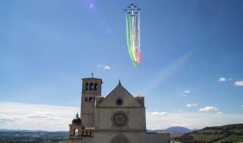 Le Frecce Tricolori toccano anche il cielo di Assisi, la città del patrono d'Italia
