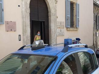 In preda al panico, polizia Assisi salva anziana in difficoltà