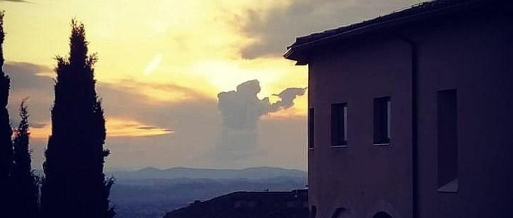 """La foto con """"San Francesco"""" tra le nuvole ad Assisi impazza sul web"""