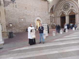 Il padre custode Marco Moroni ha impartito la benedizione ai taxi